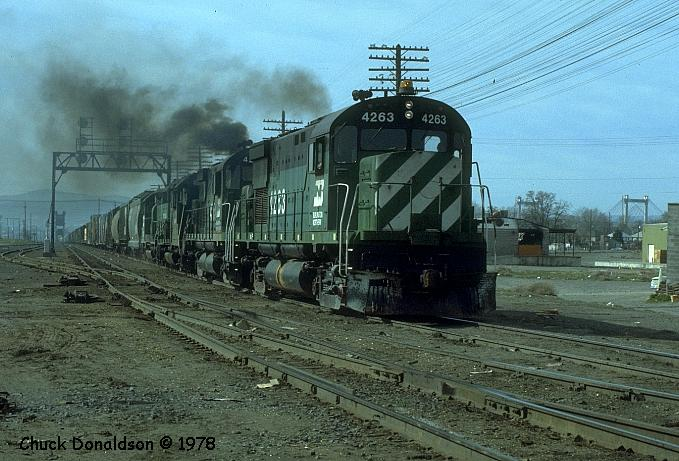 BN 4263 leads a freight into Pasco, WA in March, 1978. (Photo by Chuck Donaldson)