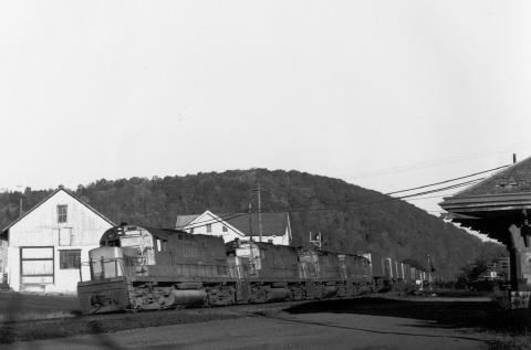 LV C420s pass through Cementon, PA.